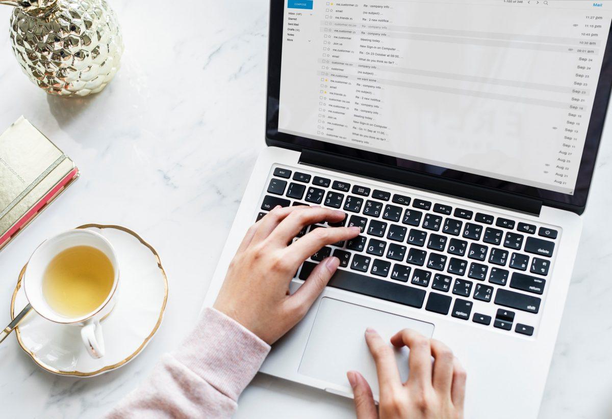 Frau arbeitet am Macbook